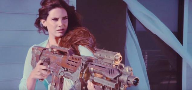 """Lana del Rey caza-paparazzis en el vídeo de """"High By The Beach"""""""