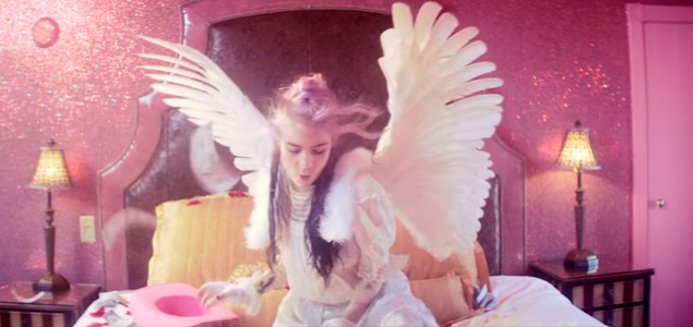 "Grimes estrena vídeo ""Flesh Without Blood/Life In The Vivid Dream"""