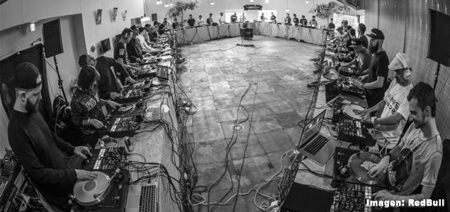 40 DJs juntos en una batalla de scratch