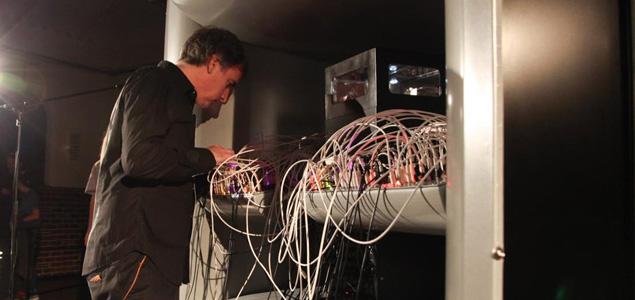 Un artista crea el primer sintetizador neuronal con células madre