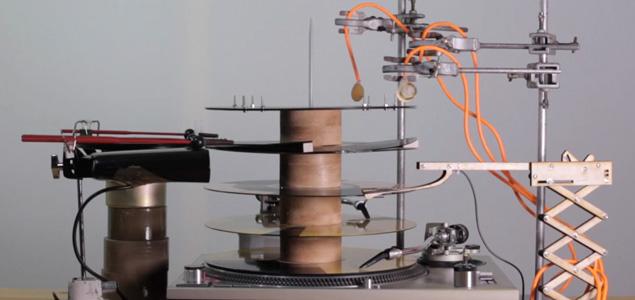 Una máquina fabricada con vinilos que hace techno