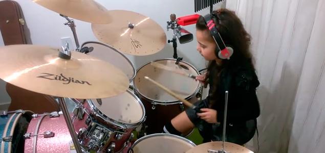 Esta niña de 5 años sorprende por su talento como batería