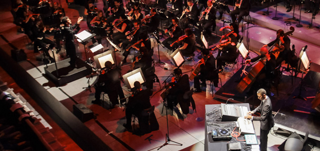Música electrónica en directo junto a una orquesta