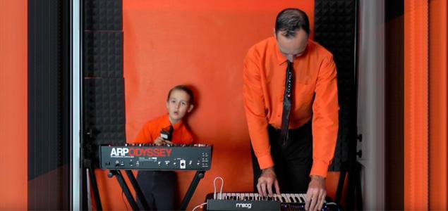 Un padre y su hijo hacen un magnífico cover a Kraftwerk