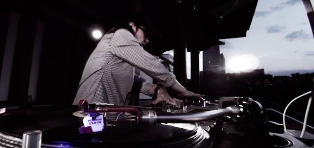 El amanecer en un templo budista con DJ Krush