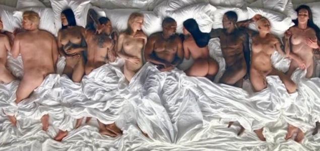"""Kanye West y Kim Kardashian se rodean de desnudos en """"Famous"""""""