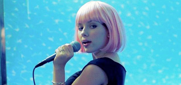 """Scarlett Johansson canta """"Bizarre Love Triangle"""" de New Order"""